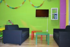 Sala con Sofas, TV y Karaoke | www.migranfiesta.es