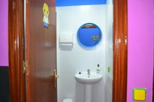 Lavabo, espejo y secamanos aseo masculino | www.migranfiesta.es